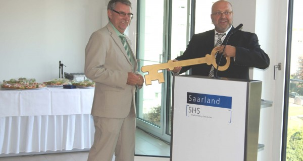 Erweitertes und modernisiertes Gebäude für die Sozialgerichtsbarkeit eingeweiht – SHS-Geschäftsführer Schuck überreicht Schlüssel